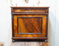 renowacja eklektycznej szafki nocnej